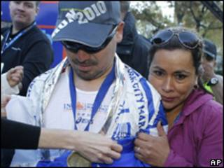 Edison Peña com sua mulher após a maratona
