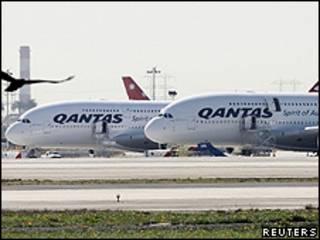Airbus da Qantas parados no aeroporto de Los Angeles