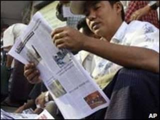 Birmanês lê jornal em Rangoon/AP