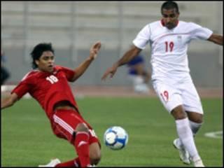لاعب عمان يعقوب القاسمي ولاعب من فريق ايران