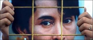 Un simpatizante muestra una foto de Aung San Suu Kyi