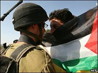 Manifestación de palestinos el viernes contra el muro construido por Israel en los territorios ocupados.