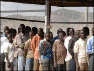 جنوبيون يصطفون لتسجيل اسمائهم للاستفتاء