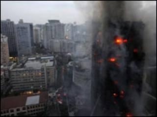 Здание, охваченное огнем