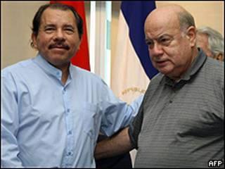 José Miguel Insulza, secretario general de la OEA (dcha) y Daniel Ortega, presidente de Nicaragua