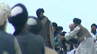 ملا عمر در میان جمعی از طالبان