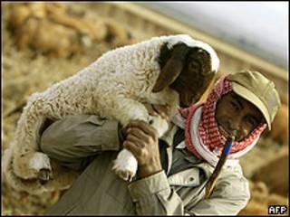 Musulmán con un cordero (foto archivo)