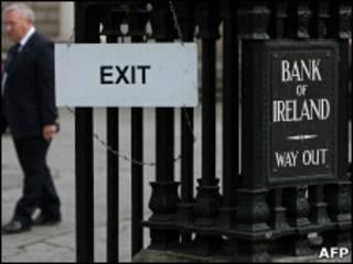 Homem deixa o Banco Central da Irlanda, em Dublin
