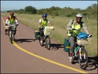 الشابان على دراجتين