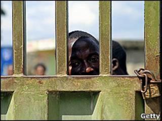 Un haitiano espera en la frontera con Republica Dominicana en Dajabón