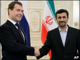 Дмитрий Медведев и Махмуд Ахмадинежад на саммите ШОС в Екатеринбурге (июнь 2009 г.)