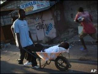 Haitiano leva vítima de cólera pela capital