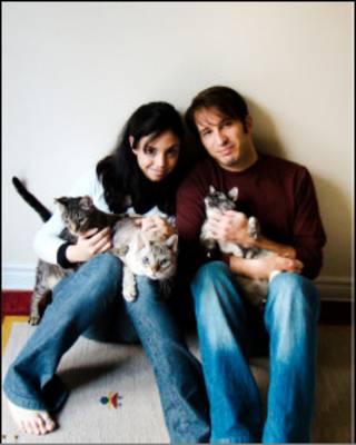 Gustavo Pugliesi Sachs, Melissa Nicolosi e os três gatos: David, Jareth e Lenore.
