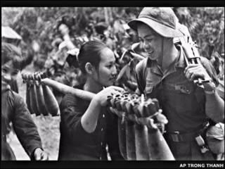 Hai lính của quân đội miền Bắc gặp nhau trên đường mòn Hồ Chí Minh trong tháng Năm năm 1970