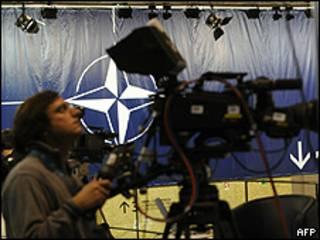 Técnico faz últimos ajustes em câmera na sede da cúpula da Otan, em Lisboa