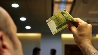 تصویری از اسکناس رایج ایرانی در دست یکنفر