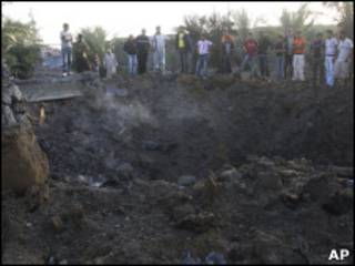 آثار أحد المواقع التي قصفتها الطائرات الإسرائيلية في دير البلح