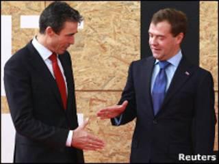 Генеральный секретарь НАТО Андерс Фог Расмуссен приветствует президента России Дмитрия Медведева в Лиссабоне 20 ноября 2010 года