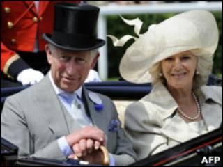 Принц Чарльз с супругой на скачках в Эскоте