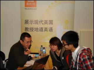 BBC英伦网主持人腾龙与学生