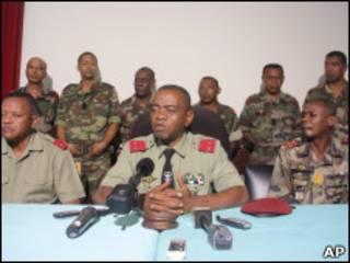رئيس مدغشقر، أندري راجولينا، محاطا بكبار ضباطه