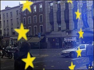 La bandera de la UE reflejada en una ventana en Dublín.