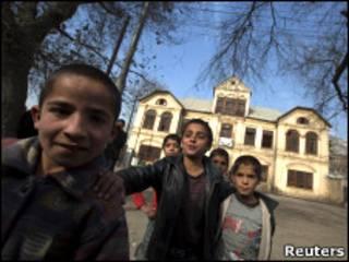 أطفال أفغان يلعبون أمام مدرسة في كابول