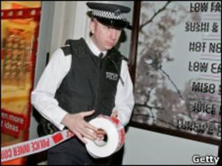 Британский полицейский возле места отравления Александра Литвиненко