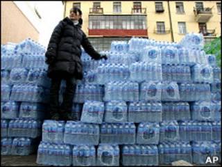 Вода в бутылках, поставленная жителям Харбина во время отключения водопровода