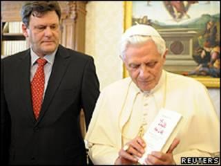 O papa Bento 16e o jornalista Peter Seewald, que o entrevistou para o livro