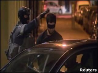 Полицейский с задержанным в Антверпене