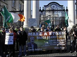 Integrantes do Sinn Fein protestam em frente à sede do governo irlandês, em Dublin