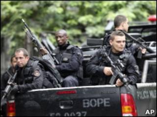 Policiais patrulham rua no Rio