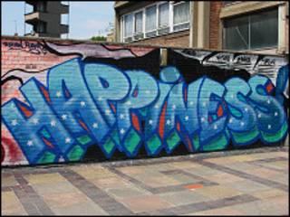 """Надпись """"счастье"""" (на английском языке) на стене в Лондоне"""