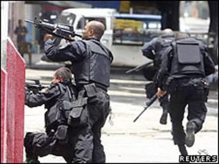 Policiais durante operação no Rio