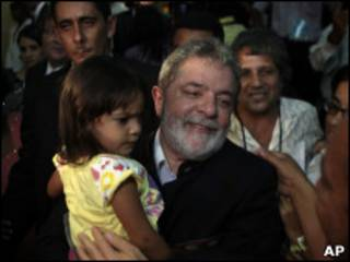 Lula abraça criança em Georgetown