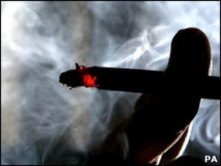 Сигарета в руке курильщика