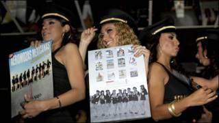 Kesepuluh pramugari Mexicana memamerkan kalender merek
