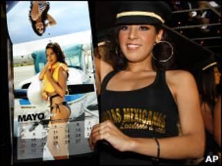 Одна из экс-стюардесс авиакомпании Mexicana демонстрирует календарь, для которого она сфотографировалась