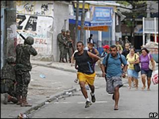 Moradores tentam fugir de tiroteio na Favela da Grota, Complexo do Alemão