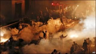 Пожарные и спасатели на месте падения самолета в Карачи