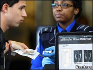 Сотрудница Управления безопасности на транспорте США проверяет документы пассажира в аэропорту