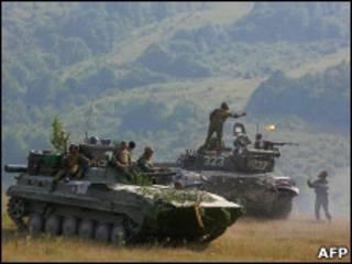 Южно-осетинские солдаты на танке в 2008 году