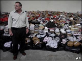 José Mariano Beltrame à frente de droga apreendida pela polícia