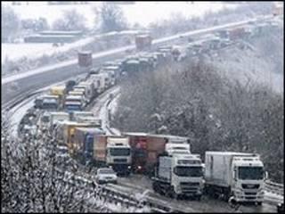 英国大部分地区的交通运输受大雪困扰