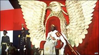 بوكاسا أثناء تتويجه إمبراطورا لأفريقيا الوسطى