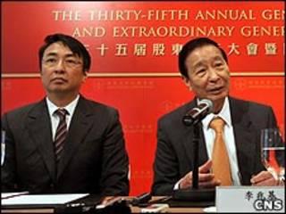 李兆基(右)與李家傑(中新社圖片1/6/2010)
