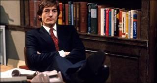 Hombre en oficina con píes en el escritorio