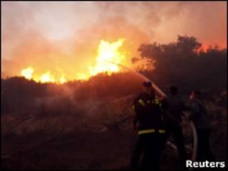 Bombeiros tentam apagar incêndio perto de Haifa