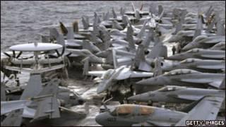 Chiến đấu cơ trên boong của USS George Washington